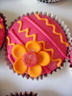 Gorgeous fiesta cupcakes! Plus, I looooove pink & orange together.
