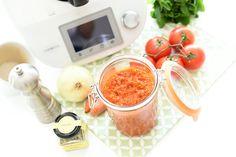 El tomate casero es una de las salsas más básicas y ricas que usamos en la cocina. A quién no le gusta con pasta, como base de pizzas, en empanadas, con unos buenos huevos fritos, como base para los pescados… … Continuar