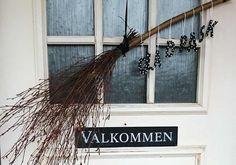 Vad sägs om att uppdatera den traditionella påskkransen? Läsaren Anna-Maria Ivansson har istället gjort en kvast till sin dörr, supersnyggt!