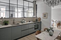 När Viktor och Mari köpte sin lägenhet på Kastellgatan 14 var det en etta med sovalkov. Köket och vardagsrummet var separat och emellan fanns sovplatsen, med ingång från kök och hall. Efter ägarnas handpåläggning och sinne för detaljer är lägenheten en helt…