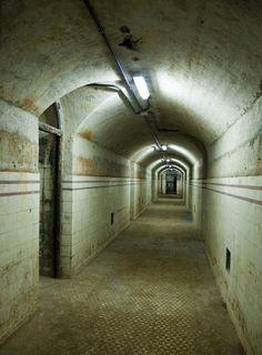 El bunker del Capricho. Antiguas bodegas de contrabando de vino, la tumba de Goya, el museo más antiguo de Europa y hasta la imprenta que despachó el primer ejemplar del Quijote. Son los 10 edificios madrileños más secretos.
