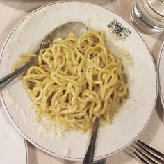 This mouthwateringly cheesy pasta is one of the highlights of Roman cuisine. Taste classic and creative versions of this dish at these 8 restaurants. Cacio E Pepe Recipe, Pecorino Cheese, Fresh Pasta, Rome, Restaurants, Highlights, Food Porn, Good Food, Stuffed Peppers