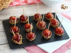If you like sweet and sour, you will love this cute appetizer! - Recipe Appetizer : Caramelized cherry tomatoes with sesame seeds by PetitChef_Official Tomate Cocktail, Whisky Cocktail, Appetizer Recipes, Appetizers, Food Website, Mini Foods, Antipasto, Creative Food, Caramel Apples