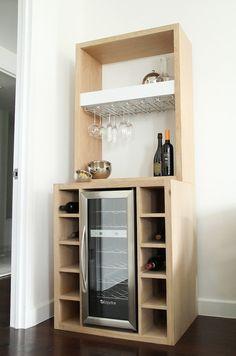 Bar de roble blanco con construido en vinoteca y estante de cristal Corner Bar Cabinet, Wine Bar Cabinet, Wine Cabinets, Corner Wine Bar, Mini Bars, Bar Da Esquina, Small Bars For Home, Built In Wine Cooler, Built In Wine Rack