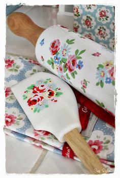 Cath Kidston CUTE scraper and rolling pin…sheesh, too cute ! Shabby Chic Kitchen, Vintage Kitchen, Kitchen Decor, Kitchen Design, Pip Studio, Red Cottage, Cottage Style, Irish Cottage, Cath Kidston Home
