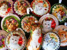 Pingentes gato e cachorro bordados com lantejoulas.