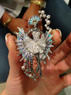 The Ballerina Golden Fish brooch, Van Cleef & Arpels. White gold, sapphires, turmalines Paraiba, pearls, diamonds © Margo Raffaelli