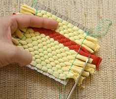 両端の長さをはさみで切り揃えたら、ボール紙をはずして完成です。
