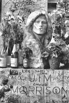 Jim Morrison Grave, The Doors Jim Morrison, Cemetery Headstones, Old Cemeteries, Graveyards, Julius Caesar, Michael Jackson, Famous Tombstones, Pere Lachaise Cemetery