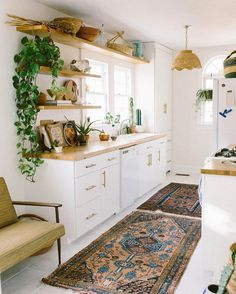 Really like this little kitchen. Like the look of the carpets but not sure it's totally practical.