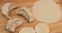 Recette de Pâte à raviolis Chinois - 750 Grammes,Ingrédients pour la pâte à ravioles : 200g de farine type 45 13 cl d'eau bouillante Une pincée de sel
