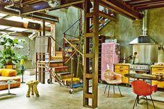 Gran nave - AD España, © Gonzalo Machado. Con chatarra, elementos recuperados y mucha imaginación, Gustavo Salmerón ha montado su casa de Madrid como un Mecano. El actor inventó un espacio en cemento pulido donde todo se mueve.