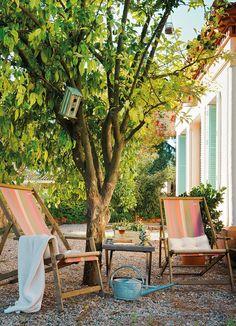 Bajo el árbol Las hamacas de loneta son ideales para crear un rincón de descanso bajo los árboles. Desenfundables y transpirables.