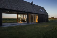 Tarred pine vertical wooden exterior cladding and wooden roof in a Gotland Summer House, by Enflo Arkitekter. Photo © Joachim Belaieff
