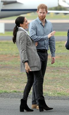 Meghan Markle glows in a chic grey blazer made by Serena Williams as she wows Dubbo City airport Meghan and Harry joked on the runway Prinz Harry Meghan Markle, Meghan Markle Prince Harry, Prince Harry And Megan, Harry And Meghan, Meghan Markle Stil, Estilo Meghan Markle, Serena Williams, Meghan Markle Outfits, Style Feminin