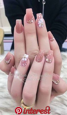 9 Vintage Wedding Nail Art For Brides For Classy Look Are you looking for a Wedding Nail Art? You should check the collection we have got here. Our nail stylist Emily Johnson has made them perfectly. Classy Nails, Stylish Nails, Gorgeous Nails, Pretty Nails, Nude Nails, Acrylic Nails, Vintage Wedding Nails, Glitter Wedding, Nail Art Designs