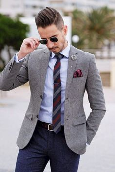 👔Do you know how to style the best custom lapel pins for men? Lapel pins look chic & stylish on men's suits. Read about lapel pins like flowers and lapel pin suit styles in mens fashion on LLEGANCE. Custom lapel pins on suits are great to style formal co Blue Blazer Men, Blue Blazer Outfit, Blazer Outfits Men, Mens Fashion Blazer, Suit Fashion, Blue Pants, Casual Blazer, Men's Pants, Fashion Shirts
