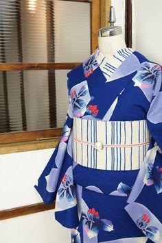 瑠璃のような深く沈んだ綺麗なブルーに、スモーキーアメジストを思わせる淡いアッシュパープルも美しい玻璃のかけらをうかべたような蝶々のモチーフと、色硝子のような澄んだ色合いの杜若のお花模様が染め出された注染レトロ浴衣です。