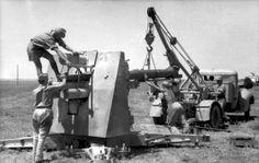 19.6.1942 Rings um den Wüstenflugplatz Geschützrohrwechsel einer 8,8-Flakkanone auf einem afrikanischen Flugplatz. Die einzelnen Arbeiten des Wechsels, Ausziehen des Rohres, Aufhängen des Geschützrohres, Einführen desselben und Fertigstellen Nordafrika, bei Bir Hacheim.- Rohrwechsel bei 8,8 cm Flak