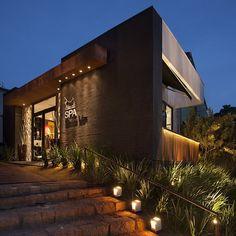 A Iluminação dos ambientes externos é muito importante também. O destaque nas fachadas, entradas e caminhos faz toda a diferença. Projeto do Anderson Leite. Você encontra na Vertz Iluminação.