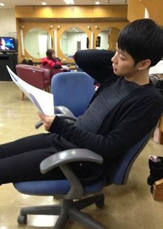 JYJ's Yoochun mesmerizes while reading his script for 'I Miss You'