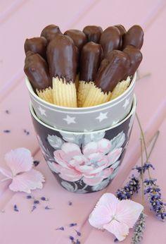 Receta de pastas alemanas. Con sabor intenso a mantequila y bañadas en chocolate. Una receta infalible, muy fácil, para hacer con manga pastelera.