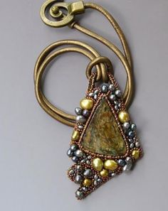 All of our expert pieces of jewelry advice will certainly astonish you Seed Bead Jewelry, Beaded Jewelry, Beaded Necklace, Pearl Necklaces, Bead Embroidery Jewelry, Beaded Embroidery, Beads And Wire, Bead Art, Bead Weaving