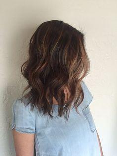 Шатуш на темных волосах средней длины смотрится очень естественно