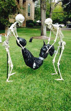 Amazing Cheap and Easy Halloween Decorations to Outdoor Happy Halloween, Theme Halloween, Halloween Skeletons, Outdoor Halloween, Halloween Projects, Holidays Halloween, Spooky Halloween, Halloween Stuff, Halloween Rocks