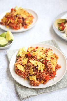 Mexicaanse rijstschotel met gehakt. Een super makkelijk en lekker eenpansgerecht. Deze rijstschotel bevat ui, paprika, tomaat, mais, kidneybonen, gehakt en tortillachips. Klik op de foto voor het recept. #recept #rijst Work Meals, Easy Meals, Mexican Rice Dishes, I Love Food, Good Food, Healthy And Unhealthy Food, Confort Food, Cooking Recipes, Healthy Recipes