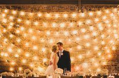 Gezellige verlichting is de beste manier om sfeer te creëren. Ontdek onze tips voor deze creatieve vorm van decoratie voor je huwelijk!