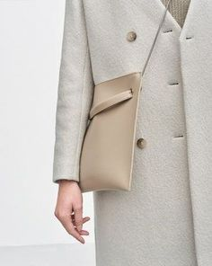 Classy cream wool coat with beige crossbody bag Minimalist Shoes, Minimalist Fashion, Minimalist Style, Minimalist Wardrobe, Fashion Mode, Fashion Bags, Fashion Trends, Mochila Tutorial, Minimal Chic