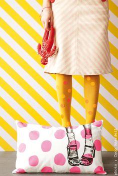 Coussin clogs pois rose fluo / cushion neon pink dots - shoes  - © la cerise sur le gâteau - Anne Hubert - photo: Coco Amardeil