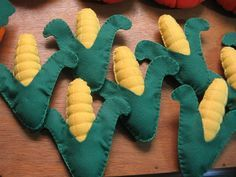 Espiga de milho em feltro. Compre em nossa loja virtual www.silvana.elo7.... ou entre em contato pelo e-mail silvanarigamonte@yahoo.com.br