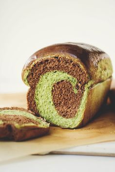 Une-deux senses: Matcha & Chocolate Swirl Milk Bread + The Original Milk Bread + Other Variations! Aline for yummy breads Green Tea Recipes, Sweet Recipes, Green Tea Dessert, Chocolate Swirl, Bread Bun, Bread And Pastries, Sweet Bread, Scones, Cooking Recipes
