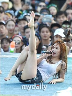 31 Photos of HyunA Looking Dangerously Sexy In Her Wet See-through Shirt At WaterBomb — Koreaboo Sohee Wonder Girl, Little Black Skirts, Hyuna, Kim Hyun, Sexy Poses, Female Poses, Korean Women, White Tank, Vernon
