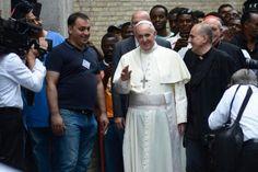 El Papa Francisco, hoy en una visita a un centro de acogida de refugiados. |Efe