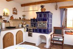 Kachlový sporák s kuchyňkou. Kuchyňská kamna z kachlů MK Profi v čísařské modré.