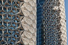 Grattacieli ad Abu Dhabi si proteggono dal sole con queste incredibili tende mecchaniche (FOTO)