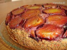 Tento rok bolo dosť sliviek. Do koláčika však možno použiť akékoľvek šťavnaté sezónne  ovocie.