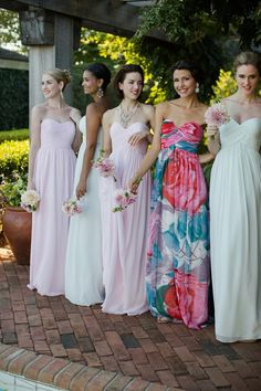 robes bustier des filles du cortège nuptial aux douces nuances pastel, robe à imprimé floral pour un effet de contraste