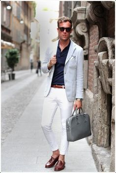 Dark blue shirt, white pants, leather belt and shoes, and leather bag complete this look White Pants Men, White Pants Outfit, Blazer Outfits, Blazer Fashion, White Jeans, White Trousers, Gentleman Mode, Gentleman Style, Mens Fashion Blog