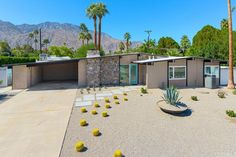 Sunmor Estates, 1958 Palmer & Krisel-designed midcentury modern home built by the Alexander Construction Company, Palm Springs, CA Outdoor Landscaping, Outdoor Decor, Mid Century Exterior, Palm Springs Style, Mid Century Modern Design, Outdoor Areas, Midcentury Modern, Building A House, Patio