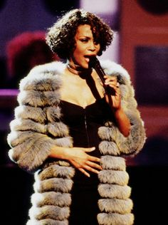 Whitney Houston Pictures, I Miss U, Black Celebrities, Gif Animé, We Fall In Love, Female Singers, American Singers, Black Is Beautiful, Pop Music