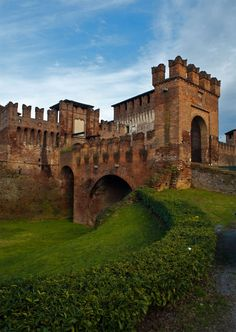The Castle of Soncino (Cremona), Lombardy, Italy. I want to go see this place… Beautiful Castles, Beautiful Buildings, Beautiful Places, Castle Ruins, Medieval Castle, The Places Youll Go, Oh The Places You'll Go, Bósnia E Herzegovina, Italy Landscape