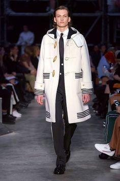 Burberry Fall 2019 Ready-to-Wear Fashion Show - Vogue Burberry London, Burberry Men, Vogue Paris, British Street Fashion, Student Fashion, Fashion Show Collection, Mannequins, Fashion History, Distressed Denim