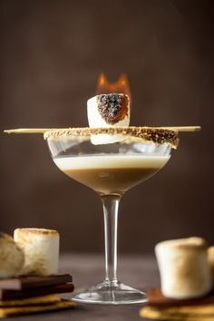 This TOASTED S'MORES MARTINI is as delicious as it is beautiful. With layers of cream, marshmallow vodka, and chocolate liqueur all you need is a graham cracker rim! This Marshmallow Vodka Martini is do fun and festive for Fall. Martini Recipes, Drinks Alcohol Recipes, Yummy Drinks, Cocktail Recipes, Drink Recipes, Fall Cocktails, Cocktail Drinks, Vodka Cocktails, Lemonade Cocktail