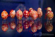 ドイツ南部シュワバッハ(Schwabach)の市立博物館で、特別展「世界の卵たち」に出展された、ロウ引きされた色とりどりのイースターエッグ(2014年4月16日撮影)。(c)AFP/DANIEL KARMANN ▼19Apr2014AFP イースターに「世界の卵」展、ドイツ http://www.afpbb.com/articles/-/3013018 #Schwabach