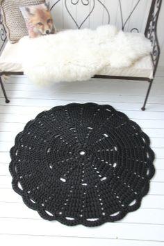 Virkattu 110cm matto (ontelokude musta)