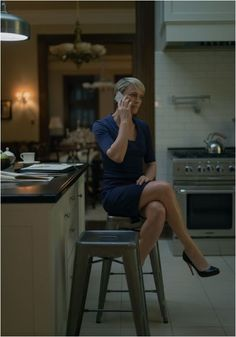 Photo Tour: Frank And Claire Underwood's Perfect D. Townhouse On 'House Of Cards' - Airows Claire Underwood Style, Modern Entryway, Robin Wright, Shaker Cabinets, House Of Cards, Office Fashion, Business Women, House Design, Kitchens